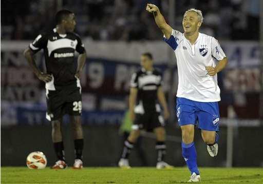 Israel Damonte festeja su gol ante el toluca
